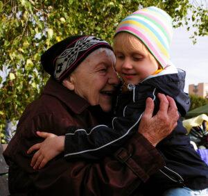 babcia-dzien-babci-babcia-z-dzieckiem-zasilek-na-babcie-child-benefit
